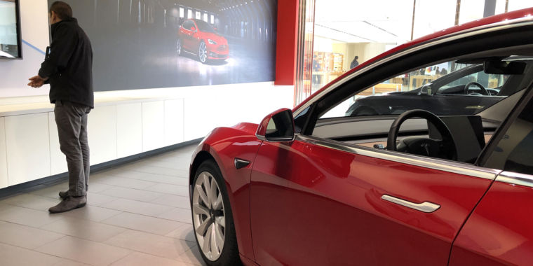 Tesla cuts prices and simplifies its product line